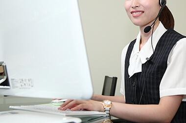 イメージ画像: 電話やメールでのお問い合わせに対応するイメージ
